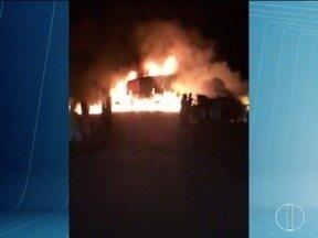 Veículos pegam fogo após acidente na BR-251 e seis pessoas ficam feridas - Acidente é destaque no G1 Grande Minas.