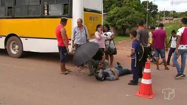 Motoqueiro atinge traseira de ônibus e dois ficam feridos na Fernando Guillhon - Acidente aconteceu na manhã desta quarta-feira (20).