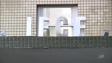 Alunos sofrem intoxicação com cloro em piscina em escola de Fortaleza - Confira mais notícias em g1.globo.com/ce