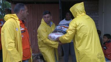 Famílias atingidas pela chuva começam a receber doações em Bagé - Assista ao vídeo.