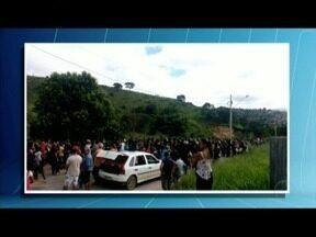 Moradores de Pavão interditam MG-409 - Eles pedem mais segurança na cidade.