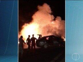 Veículos pegam fogo após acidente na BR-251, em Unaí - Na BR-458, um casal morreu em um acidente.