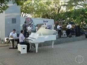 Músicos fazem ação em prol da Apae e Fundação Sara em Montes Claros - Ação foi na Praça Dr. Carlos.