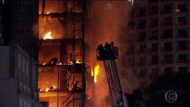 Curto-circuito causou incêndio que levou a desabamento de prédio em SP, diz polícia - A Polícia de São Paulo já sabe que foi um curto-circuito que provocou o incêndio no prédio que desabou. Uma moradora do quinto andar diz ter visto o momento em que o fogo começou.