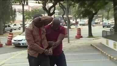 Polícia de São Paulo faz operação para prender quadrilha que aplicava o golpe do Dom Juan - O grupo era formado por nigerianos que se passavam por europeus. Eles seduziam as mulheres pela internet e depois pediam dinheiro.