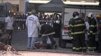 Bombeiros encontram corpo nos escombros de prédio que ruiu um SP - Por causa de roupa e tatuagens, autoridades acreditam que seja o corpo do homem que estava prestes a ser resgatado quando prédio desabou.