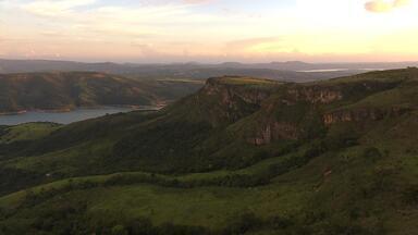 Passeio de lancha revela beleza dos cânions no Lago de Furnas em Capitólio - Terra de Minas mostra a região