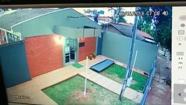 Câmeras flagram fuga de presos da delegacia de Peabiru - Fuga foi registrada na manhã de domingo (6)