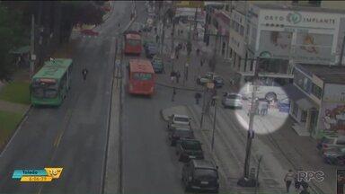 Duas pessoas foram atropeladas na avenida Winston Churchill, em Curitiba - Nos dois casos, as vítimas foram atropeladas por ônibus.