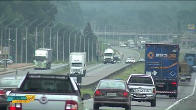 Moradores de São José dos Pinhais pedem passarela na BR376 - Há quase duas semanas um homem de 37 anos morreu atropelado na rodovia.