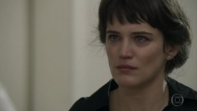 Samuel explica para Clara que estado de Patrick é grave - Médico avisa que Gael está fora de perigo. Clara decide ficar no hospital cuidando de Patrick