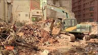 Bombeiros localizam novos fragmentos de ossos nos escombros do prédio que desabou em SP - Os restos mortais achados nesta quarta-feira (9) são de três pessoas diferentes, sendo um adulto e duas crianças, segundo identificou o Instituto Médico Legal (IML).