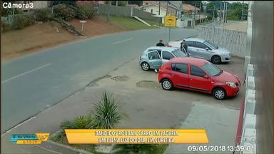 Bandidos roubam carro em frente a padaria em Curitiba - A família chegou a entrar no carro, mas foi obrigada a sair pelos bandidos.