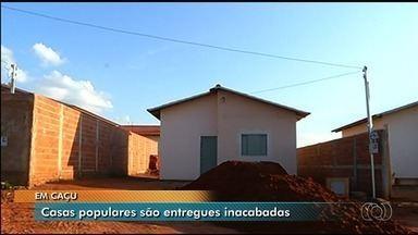 Famílias de Caçu recebem casas populares inacabadas - Faltam inclusive as redes elétrica e de esgoto.