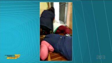 Professores e alunos vivem momentos de pânico durante assalto a banco em Carambeí - O banco que fica em frente a escola foi assaltado por bandidos, que chegaram a trocar tiros.