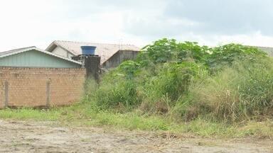 Donos de terrenos baldios e sujos estão sendo notificados, em Ariquemes - Fiscais da prefeitura percorrem vários pontos da cidade