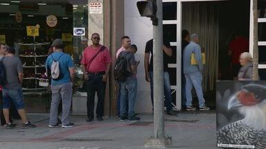 Agência de empregos disponibiliza vagas e fila de 500 pessoas chama a atenção, em Campinas - A seleção é para cargos nas áreas administrativa e de vigilância.