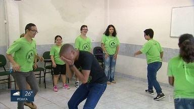 ONG ensina artes, músicas e danças para pessoas com síndrome de down - O projeto Somos Todos Aprendizes funciona no Clube nternacional do Recife, no bairro da Madalena.