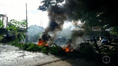 Moradores do bairro Santa Cruz fecham RJ-158 em Campos, no RJ - Protesto ocorreu por cerca de três horas contra a falta de ônibus e ambulância.