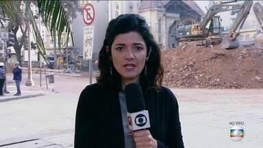 Bombeiros retomam buscas nos escombros de prédio que desabou em São Paulo - Os bombeiros retomaram nesta sexta-feira (11) as buscas nos escombros do prédio que desabou em São Paulo. A quinta-feira foi um dia praticamente perdido por causa de uma caixa de energia encontrada no meio das escavações.