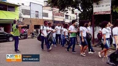 Alunos limpam ruas de Brasília Teimosa - Incomodados com a quantidade de lixo nas ruas da comunidade, estudantes se uniram em mutirão.