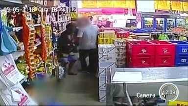 Comerciante foi agredido durante tentativa de assalto em São José - Câmeras de segurança, que vão ajudar na investigação da polícia, gravaram a ação.