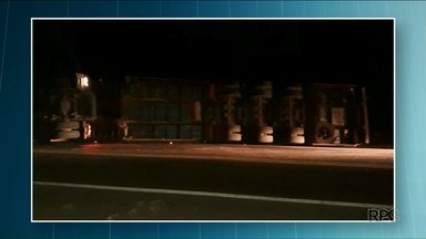 Caminhão carregado com frangos tomba próximo de Floraí - Até o fim da manhã desta sexta (11) a pista ainda estava interditada