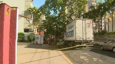 Caminhão fica preso em uma árvore e atrapalha trânsito no Centro de Ribeirão - O baú do veículo ficou preso na Rua Prudente de Moraes e o trânsito teve que ser desviado para a Rua São José.