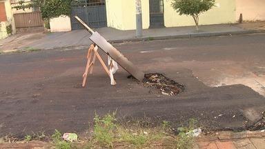 Buraco aberto após conserto atrapalha trânsito e pedestres na Rua Rio Grande do Norte - O problema já foi denunciado quatro vezes no quadro 'Até Quando?'.
