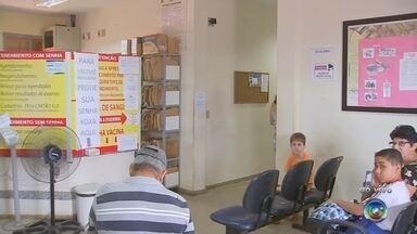 Unidades de saúde têm vacina contra a gripe em Rio Preto - Os casos de gripe por H1N1 e H3N2 tem preocupado a região. Mais duas mortes por gripe foram confirmadas em Rio Preto. Já são três casos na cidade e outras duas mortes na região de Santa Fé do Sul e Jales. Uma das indicações para prevenir a gripe é a vacina que está sendo distribuída na rede pública para grupos de risco.