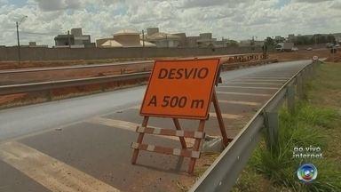 Trecho da BR-153 em Rio Preto tem novo desvio por causa de obras da duplicação - A partir desta sexta-feira (11) os motoristas que passam pela BR-153, no trecho entre Bady Bassitt (SP) e São José do Rio Preto (SP) vão precisar pegar um desvio no trecho próximo ao shopping Iguatemi.