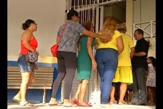 População faz fila para marcar uma consulta no posto de saúde do Telégrafo, em Belém - Além da demora, os pacientes reclamam da insegurança no local