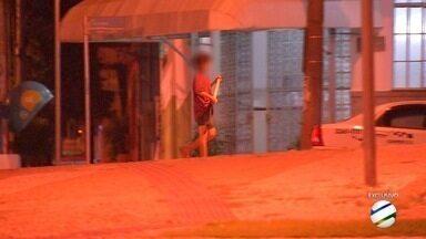 Menino é flagrado de madrugada sozinha em rua do Centro de Campo Grande - Suspeita é que ele seja usado no tráfico de drogas. Moradores da região dizem que cena é frequente.