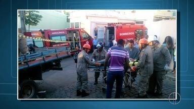 Caminhão invade varanda de casa e motorista fica ferido em São Fidélis, no RJ - Quatro pessoas estavam no imóvel no momento do acidente, mas não ficaram feridas.