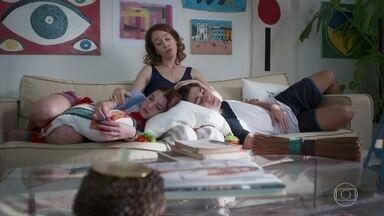 Gabriela conta aos filhos sobre o apoio de Paulo quando perdeu o bebê - Flora e Alex se mostram compreensivos e se aconchegam no colo da mãe