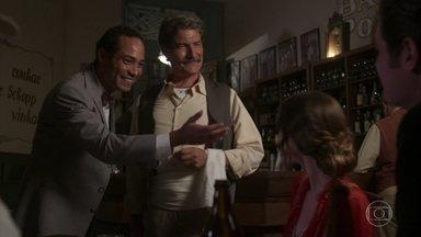 Januário apresenta os amigos a Seu Manoel - Ludmila chega ao bar e diz que Ema está sumida