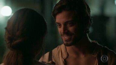 Ernesto convence Ema a ficar em São Paulo - Os dois se abraçam emocionados