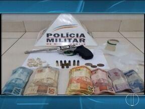 Homem é preso com droga e dinheiro escondidos na cueca em Janaúba - Foram apreendidas pedras de crack e porções de cocaína.