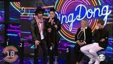 Fiuk e Cristina escolhem a campainha número 3 - Ele acerta e canta um trecho da música