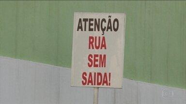 Medo da violência faz moradores fecharem ruas para tentar garantir segurança, no Rio - Os roubos cresceram 34% só nos 3 primeiros meses de 2018. Moradores estão assustados com o aumento da violência e cada vez mais fecham suas ruas com a esperança de ter mais segurança.