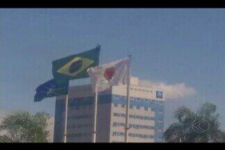 Telespectador flagra bandeira de Minas Gerais de cabeça para baixo em Uberlândia - Vídeo da situação foi enviado ao MGTV. De acordo com a Prefeitura, a bandeira foi hasteada de forma errada, mas o erro já foi corrigido.