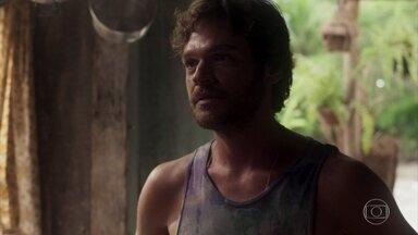 Beto fica chocado ao descobrir por Luzia que Karola está grávida - Ele se irrita ao ver a ex-namorada, que inventa para Luzia que é noiva do cantor