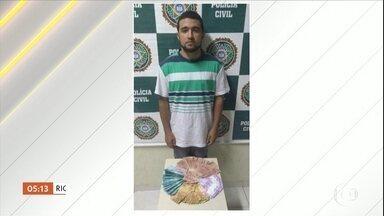 Dois homens são presos, em diferentes estados, acusados de falsificação de dinheiro - No Rio de Janeiro, Jonathan Rosa foi detido em flagrante na estação de trem em Madureira. Ele era conhecido por fornecer cédulas falsificadas para clientes de todo o Brasil.
