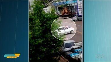 Três pessoas foram feitas reféns durante um assalto em Nova Esperança - Um dos reféns foi colocado no capô de um carro durante a fuga dos bandidos.