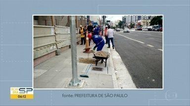 Postes e canteiros são instalados na rua Domingos de Morais, na Vila Mariana - A calçada que estava em obras para a futura estação da Linha 5-Lilás do Metrô foi liberada para os pedestres, mas com lombadas. A prefeitura mandou fotos mostrando que já começaram a executar a instalação dos postes no passeio.