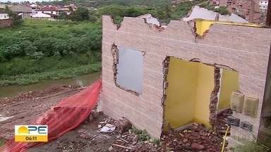 Casas próximas do Rio Ipojuca apresentam rachaduras após explosões na obra de saneamento - Alguns moradores chegaram a ser indenizados pela Compesa, outros cobram medidas de segurança.