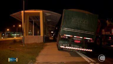 Carreta fica presa em rampa de terminal na BR-316 em Teresina - Carreta fica presa em rampa de terminal na BR-316 em Teresina