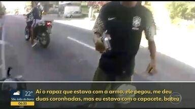 Motociclista leva tiro mesmo depois de entregar a moto; câmera registra tudo - A polícia identificou os bandidos que atacaram um motociclista ontem no Riachuelo. Eles atiraram na perna dele mesmo depois que a moto foi entregue aos criminosos. A vítima passa bem.