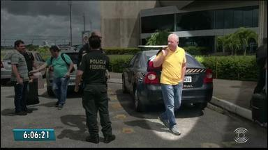 Delator da Lava Jato preso na Operação Efeito Dominó deixa sede da PF na Paraíba - Ceará foi preso nesta terça-feira (15), em João Pessoa, em operação de combate ao tráfico internacional de drogas.
