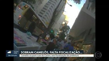 Camelôs agem livremente nas principais avenidas do Centro do Rio - Na Avenida Presidente Vargas, vendedor ambulante vende até celular. Em outras ruas, no entorno do camelódromo, é possível encontrar até hidratante e cuecas de marca.